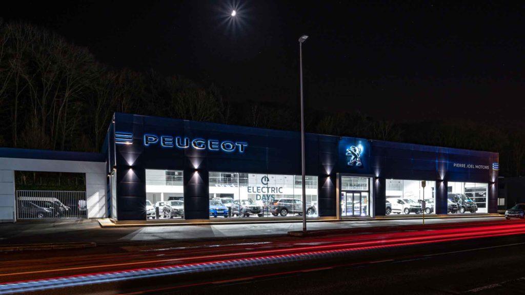 Photographe publicitaire showroom voiture Peugeot